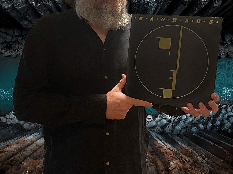 Na fotografii trzymam okładkę podwójnego albumu grupy Bauhaus