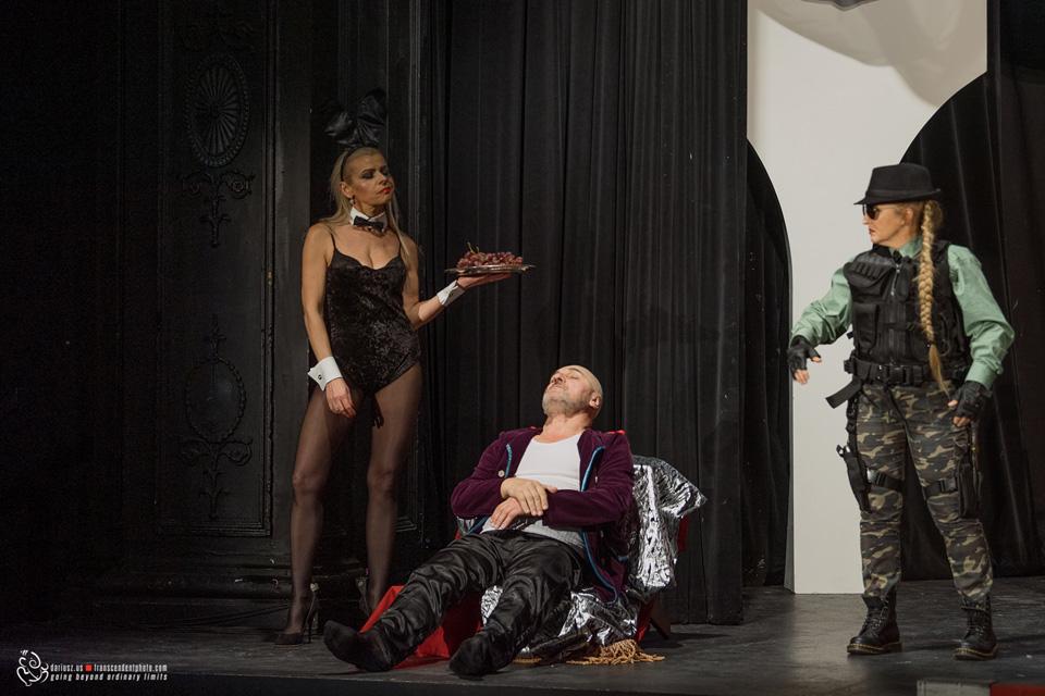Zemsta - Aleksandra Fredry w Chicago, aktorzy na scenie teatru Leela - Cześnik się budzi