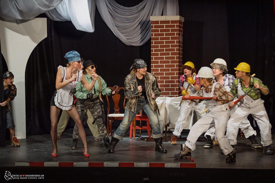 Zemsta - Aleksandra Fredry w Chicago, aktorzy na scenie teatru Leela - scena walki