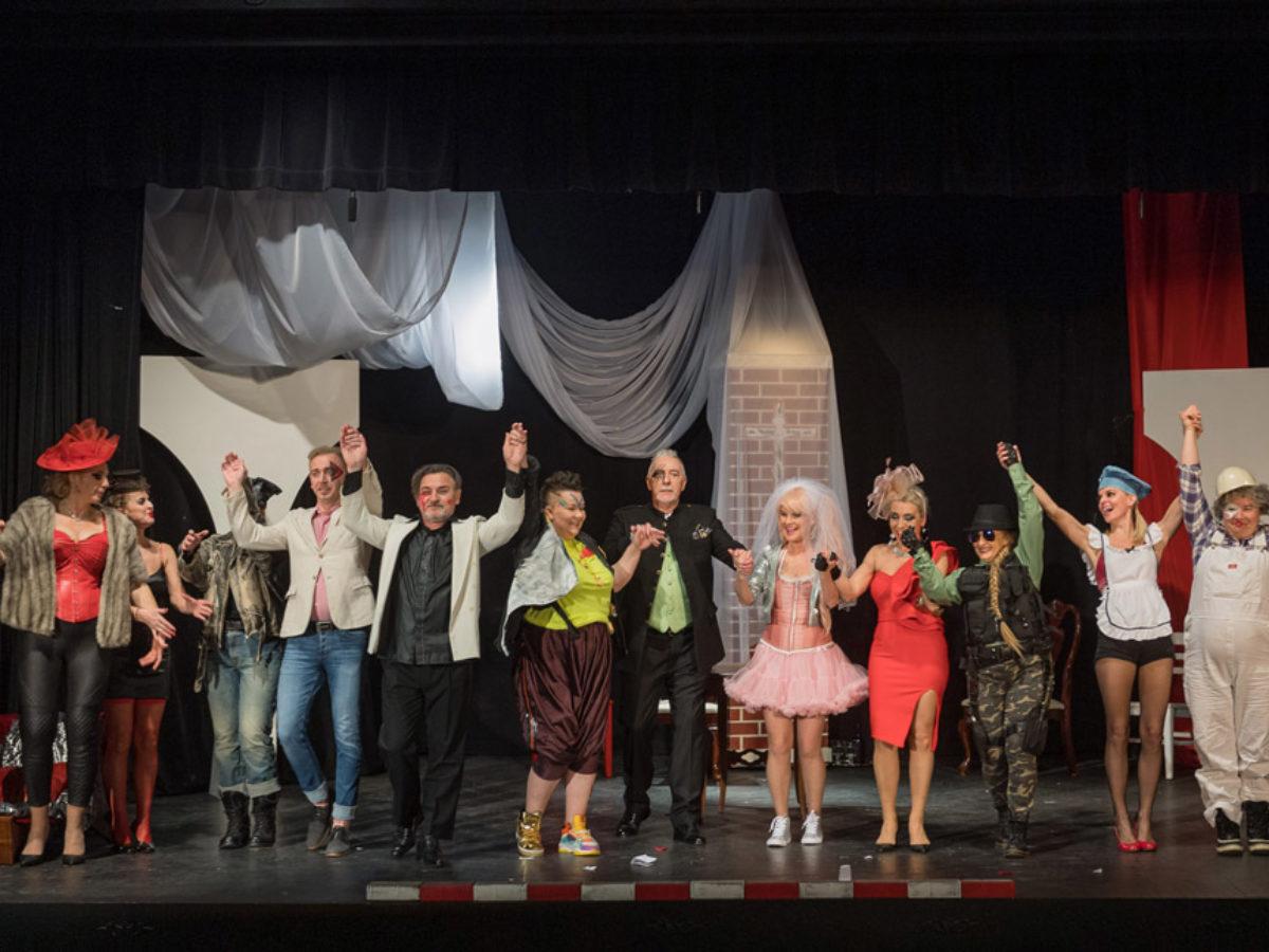 Zemsta - Aleksandra Fredry w Chicago, aktorzy na scenie teatru Leela