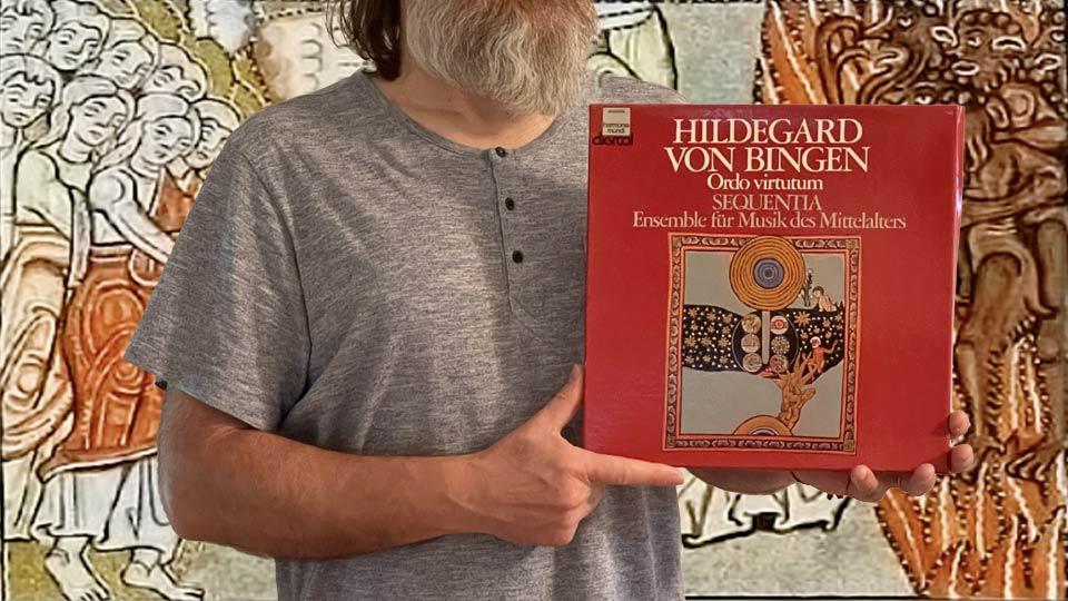 Na zdjęciu autor bloga prezentuje płytę Hildegardy von Bingen